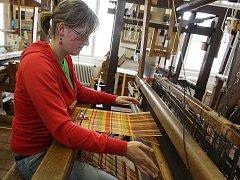 Studenti z brněnské textilní školy se stopadesátiletou tradicí si stále umějí poradit s ručními tkalcovskými stavy.