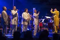 Hity legendární kapely Pink Floyd v podání mužského kvarteta Q Vox a Filharmonie Hradce Králové si vychutnají diváci v brněnském Sono Centru. Zpěváky a orchestr bude řídit brněnský dirigent Miloš Machek, který celý projekt vymyslel.