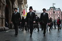 Pátého ročníku Silly walk, tedy švihlé chůze, se ve čtvrtek v Brně zúčastnilo přes sto padesát příznivců britské komediální skupiny Monty Python.