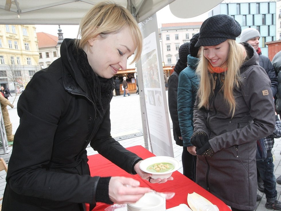 Na Zelený čtvrtek lidé ochutnali špenát z mědvědího česneku, nebo si dali tradiční zelené pivo.