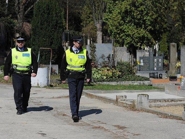 Strážníci městské policie při kontrole Ústředního hřbitova vBrně.
