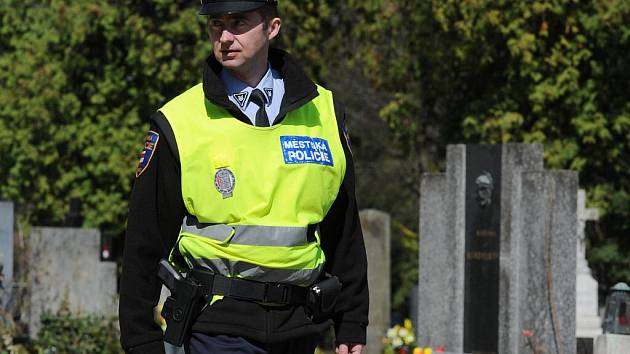 Strážníci městské policie při kontrole Ústředního hřbitova v Brně.