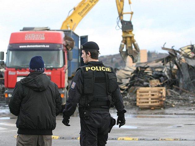 Odklízení sutin po požáru vietnamské tržnice v Olomoucké ulici.