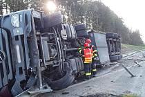 Nehoda kamionu krátce před osmou hodinou ráno na 174. kilometru ve směru na Prahu. Na místě nasadili hasiči těžkou techniku, protože bylo nutné složité vyprošťování, když se kamion převrátil na bok.