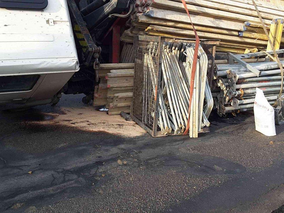 Plně naložené převrácené nákladní auto museli v pátek odpoledne vyprošťovat hasiči v Babicích nad Svitavou na Brněnsku.