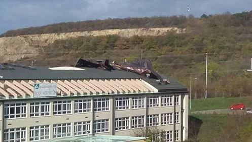 Stržená střecha na brněnské Základní škole v ulici Horníkova.