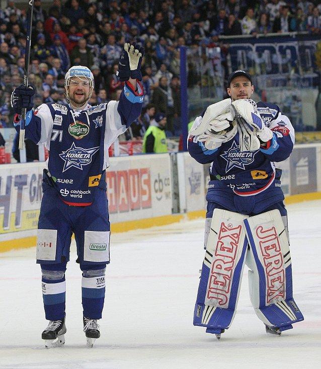 Hokejisté brněnské Komety porazili i ve čtvrtém utkání čtvrtfinálové série play-off extraligy Vítkovice, tentokrát 3:1.  Na snímku Malec a Langhamer.