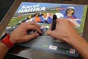 Karel Hanika při podepisování na autogramiádě jezdců Moto GP v brněnské Vaňkovce.