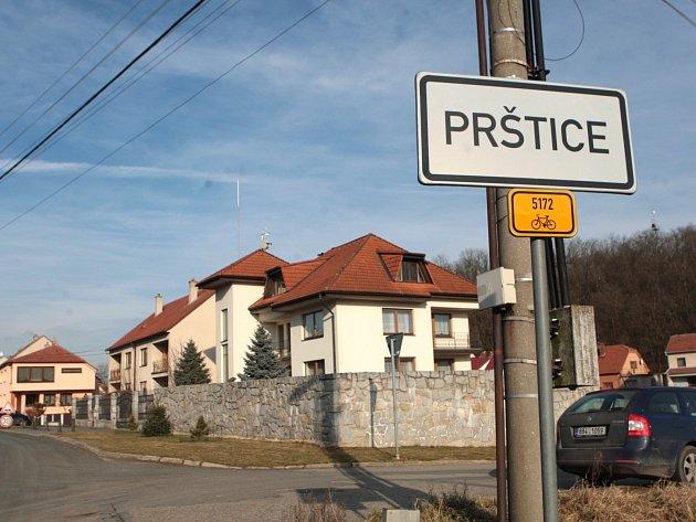 V domě na okraji Prštic na Brněnsku v pátek policie zajistila v domě Petra Dobrovodského legálně držené zbraně. Muže z místa odvezla záchranka k vyšetření, ale krátce na to ho lékaři ze své péče propustili.