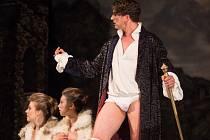 Neotřelý pohled na příběh snad nejslavnějšího hříšníka všech dob, který rozmařile porušoval dobové zvyklosti a neodvratně směřoval ke svobodě, chystá ve své poslední premiéře sezony činohra Národního divadla Brno.