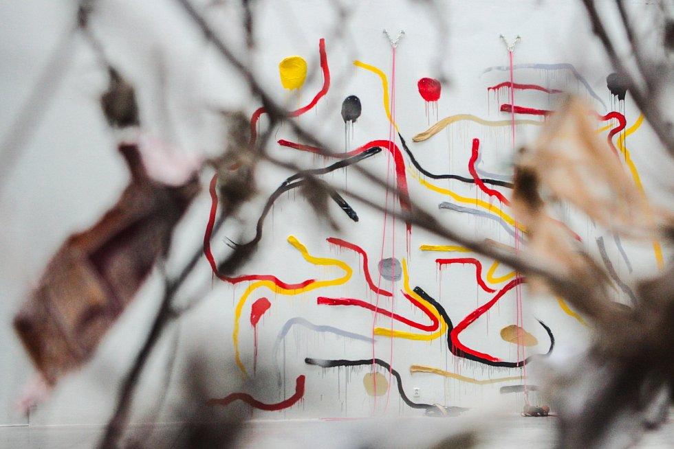 Experimentální polohu tvorby současného výtvarného umělce Jiřího Černického představuje nová výstava v Adam Gallery. Má název Dolby malba aneb Dobytí Dantova pekla Thorem Heyerdahlem.