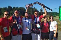 Brokový střelec David Kostelecký (s puškou nad hlavou) se raduje ze zlaté medaile s trenérem Petrem Hrdličkou (v bílém tričku) a týmovým parťákem Jiřím Liptákem (druhý zleva).