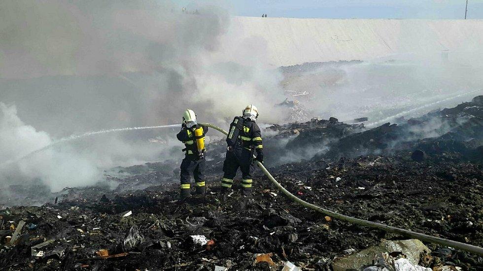 Hasiči likvidují požár skládky u Bratčic.