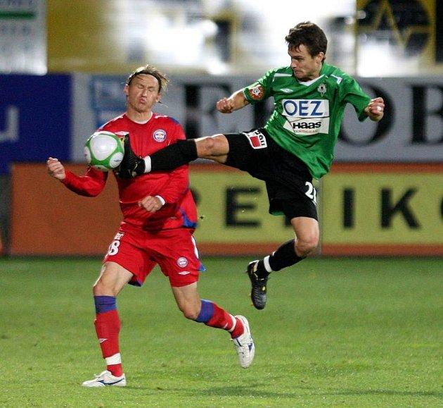 V posledním utkání na Žižkově hrál Marek Heinz (vlevo) ve středu zálohy. Proti Českým Budějovicím nejspíš přenechá roli tvůrce hry Tomáši Poláchovi a posune se do útoku.