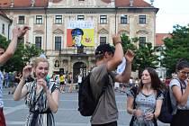 Zaměstnanci Střediska volného času Lužánky zatancovali pod kopyty koně sochy Jošta na Moravském náměstí v Brně