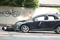 Tragická nehoda na Palackého třídě v brněnském Králově Poli. Řidič skútru utrpěl při srážce s autem vážná zranění hlavy, na jejichž následky zemřel.