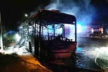 Požár autobusu na nádraží v Kuřimi na Brněnsku.