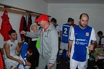 Generální manažer Luděk Zelenka a kapitán Vít Turtenwald (zleva) v české kabině po výhře 2:0 s Anglií.
