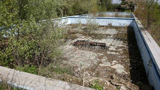 Místo skotačících dětí jen odpadky, špína a rozpadající se bazény. Tak vypadá koupaliště v Karkulínově ulici v brněnských Tuřanech.