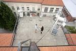 Nad střechou stavební fakulty vyčnívá množství antén a kotoučů. Na jejím vrcholu se různě otáčejí větroměry. Každých patnáct minut jedna z nejstarších meteostanic v zemi vysílá Brňanům informace o slunečním záření, rychlosti větru či množství srážek.