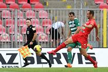 Jan Moravec (v červeném) v domácím utkání Zbrojovky proti Bohemians (0:0).