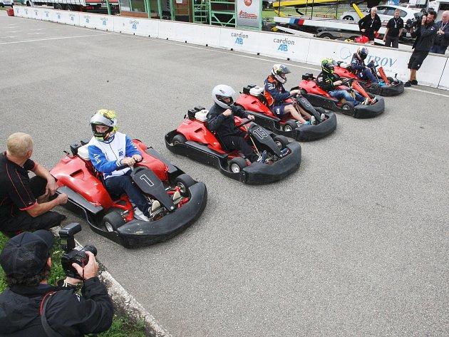 Motocykloví závodníci se utkali s pěticí mužů, která zajela nejrychlejší časy na motokárové dráze Masarykova okruhu.