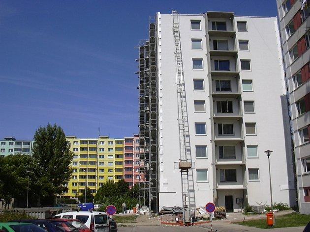 Ulice Na Loučkách v Kuřimi při zateplovacích pracích.