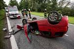 Auto po nehodě skončilo na střeše. Ilustrační foto.