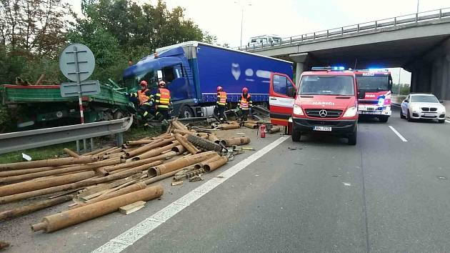 Nehoda dvou nákladních aut na dálnici D1 na 190. kilometru ve směru na Vyškov.