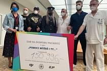 České hvězdy MMA Jiří Procházka, Karlos Vémola a Tomáš Peleška potěšili onkologicky nemocné pacienty, Fakultní nemocnice Brno dostala šek.