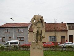 Soše rudoarmějce ve Šlapanicích urazili hlavu neznámí vandalové.