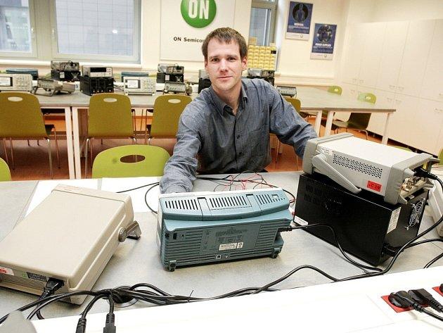 Budoucí studenti fakulty elektrotechniky Vysokého učení technického v Brně si své teoretické znalosti procvičí v nové laboratoři.