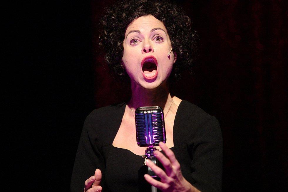 V Městském divadle Brno letos uvedli premiéru hudebního dramatu Vrabčák, který mapuje životní osudy Edith Piaf a Marlene Dietrichové.