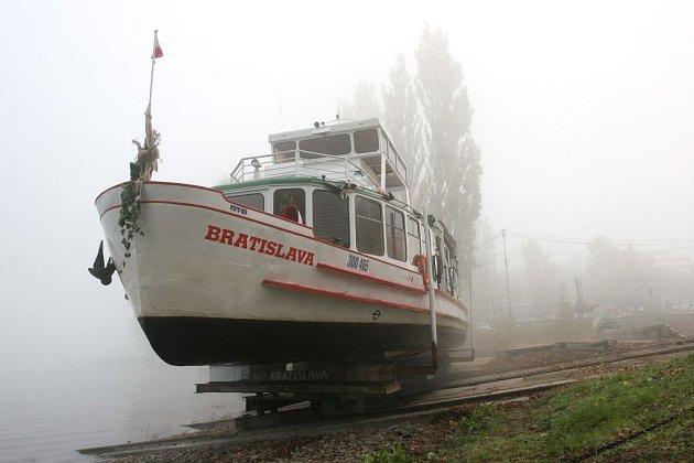 Stěhování parníku do loděnice