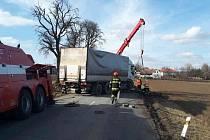 Několik hodin museli ve středu řidiči mířící k silnici 385 u Olší na Brněnsku jezdit objízdnými trasami.