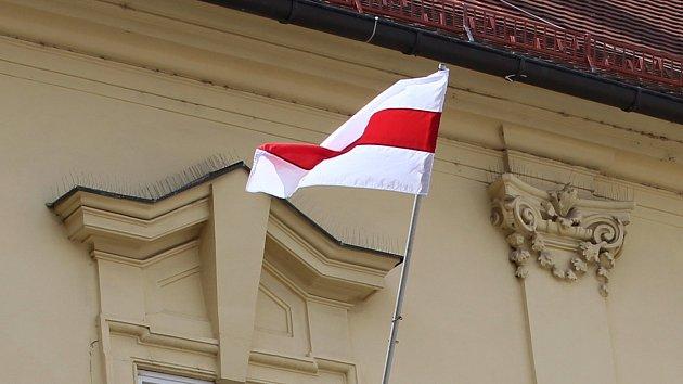 Historická vlajka Běloruska zavlála na brněnské radnici