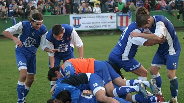 Radost z deset let starého senzačního vítězství Líšně nad Slavií si brněnské mužstvo připomene v exhibičním zápase.