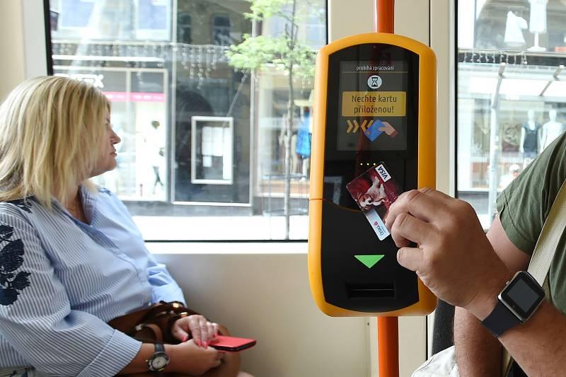 Platba kartou ve vozech MHD.