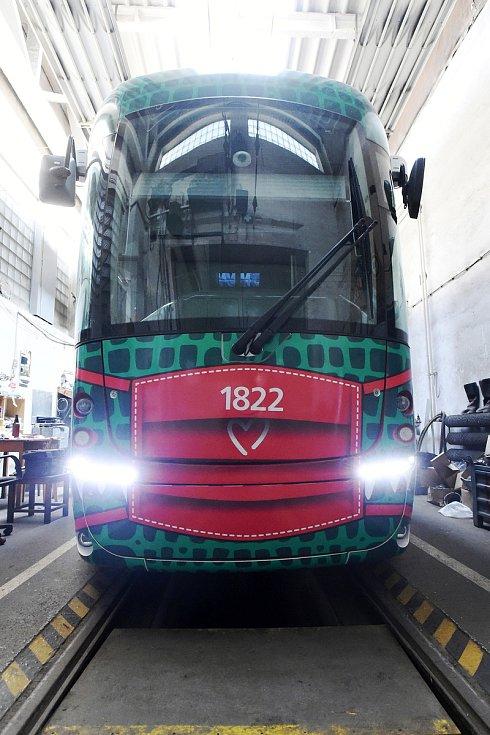 V dílnách Dopravního podniku města Brna dostali své roušky i dva Draci, tramvaje MHD.