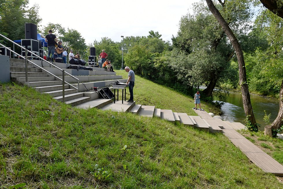 Nové rekreační terasy na nábřeží řeky Svratky.