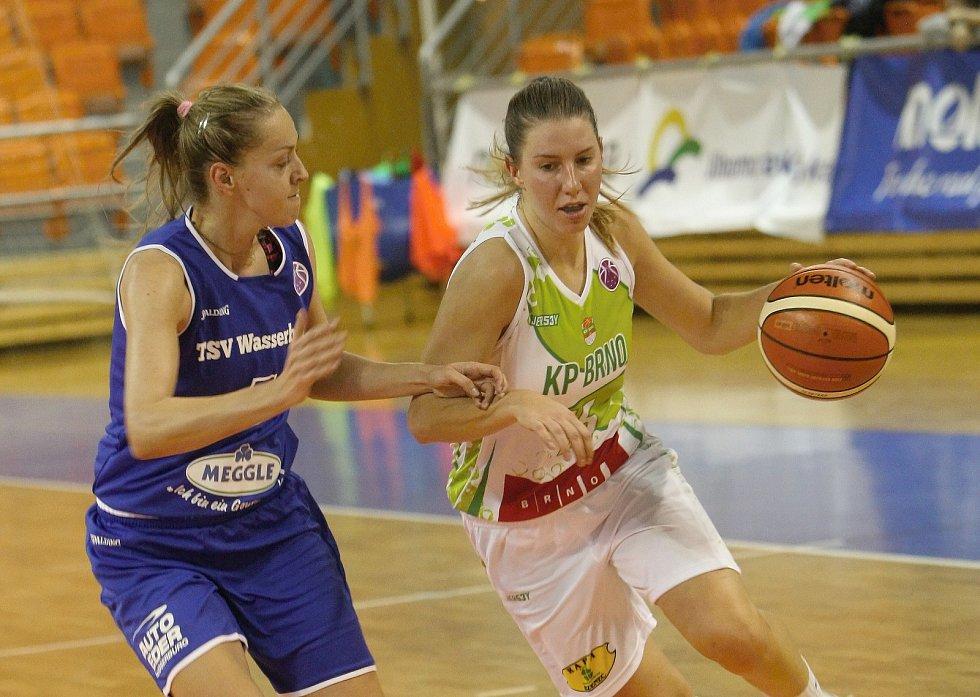 Basketbalistky KP Brno v úvodním zápase EuroCupu prohrály doma s německým Wasserburgem jednoznačně 51:73. Na snímku Beránková a Deuraová.