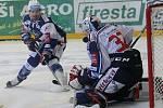 Hokejisté brněnské Komety porazili i ve čtvrtém utkání čtvrtfinálové série play-off extraligy Vítkovice, tentokrát 3:1.  Na snímku Holík a Bartošák (Vítkovice).