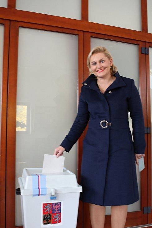 Lídryně ANO Taťána Malá vhodila volební lístek do urny v Lelekovicích na Brněnsku.