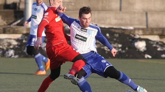Fotbalisté brněnské Zbrojovky (v červeném) podlehli Znojmu (v bílém) 0:2 a porazili slovenský Ružomberok 1:0.