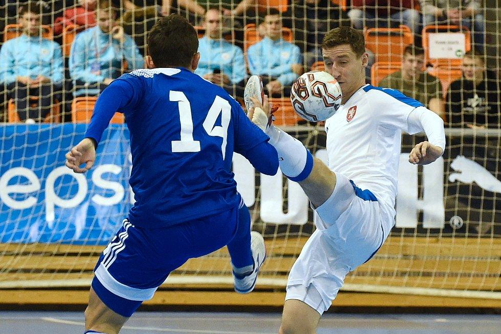 Brno 5.2.2020 - kvalifikační turnaj na futsalové MS 2020 - ČR Michal Holý (bílá) Kazachstán Douglas Junior (modrá)