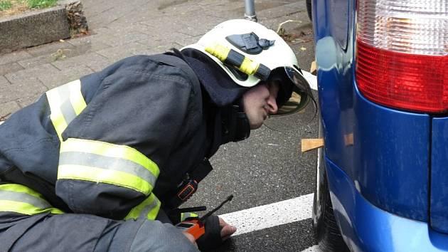 K zaparkovanému autu v brněnské Bayerově ulici vyjížděli ve čtvrtek o půl jedenácté dopoledne hasiči. Kvůli technické závadě z něj unikal do okolí plyn. Ulice byla zhruba tři hodiny neprůjezdná.