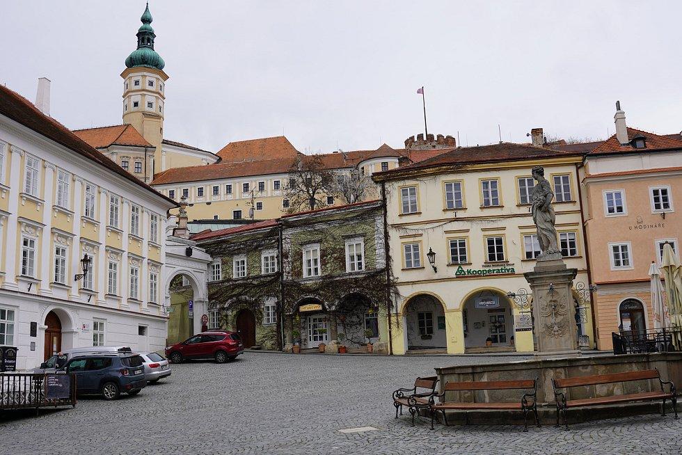 Prázdné náměstí v Mikulově v sobotu 21. března 2020.