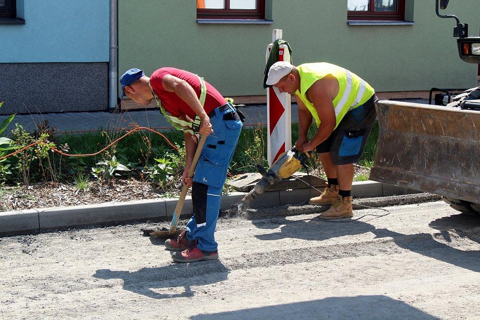 Nedávno opravenou Bohunickou ulici v Brně znovu rozkopali. Kvůli nerovnosti na silnici.