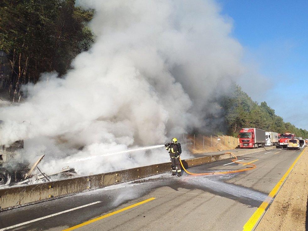 Na dálnici D1 na 171. kilometru mezi lokalitou Devět křížů a Domašovem začal v sobotu ráno hořet kamion s nákladem.
