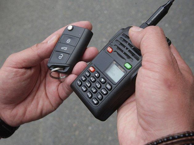 Pro vloupání do aut používají zloději novou jednoduchou techniku. Vedle tradičního způsobu mají rušičku dálkového zamykání a podomácku vyrobený prak. K jeho sestrojení jim stačí jen hrdlo od pet lahve, kus gumové rukavice a kuličku nebo kamínek.